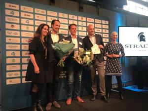 Crijn Janssen en Dennis Kuipers ontvangen de prijs uit handen van Annemarie van Gaal en voorzitter van den NFV Boris van der Ham